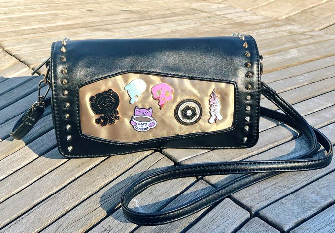 flaunting my gorgeous coffin ita clutch from @dualwieldstudio at #smashcon! Photo