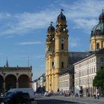 """""""#Klassik am #Odeonsplatz"""" vor #Traumkulisse #Theatinerkirche #München. Restauriert mit #Siopur #Mineralfarben #Silikatfarben #Restauratoren #Maler  #Denkmalpflege #Architekten #Ökologie #BDABayern #Planer  Hier der Link zum #Konzert  https://t.co/wyD37mTtT1"""