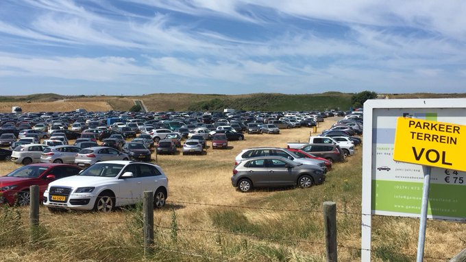 Parkeerplaatsen bij Molenslag Monster en TerHeijde zijn vol. U kunt uw auto beter elders parkeren. #fileMolenweg https://t.co/COqpYopclz