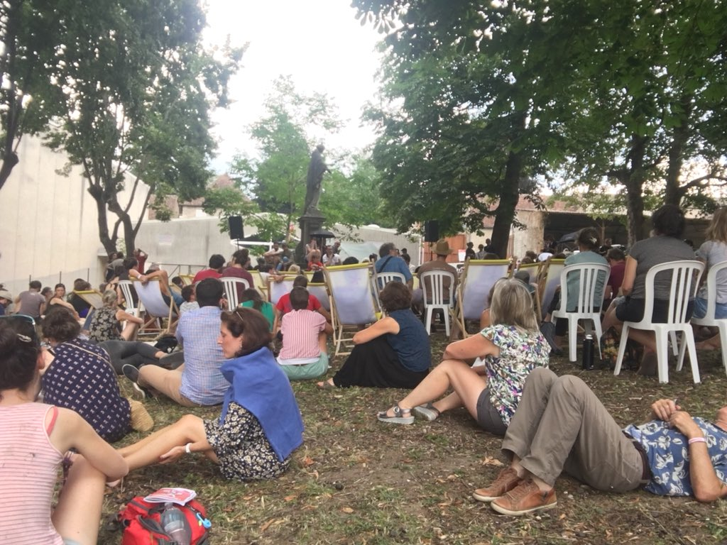 A Autin au festival des #histoires vraies organisé par @revue_xxi où on écoute une incroyable conférence de Romeo Langlois, prix Albert Londres et expert #farc #Colombie  - FestivalFocus