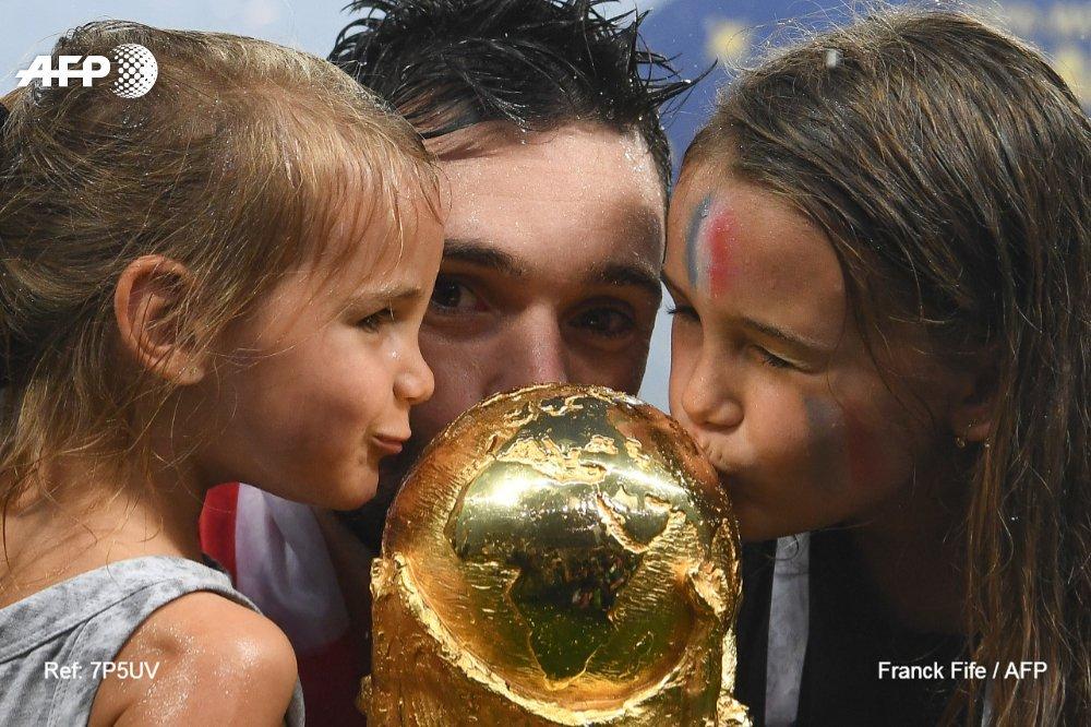 #CM2018 Le capitaine Hugo Lloris et ses filles embrassent le trophée #AFP