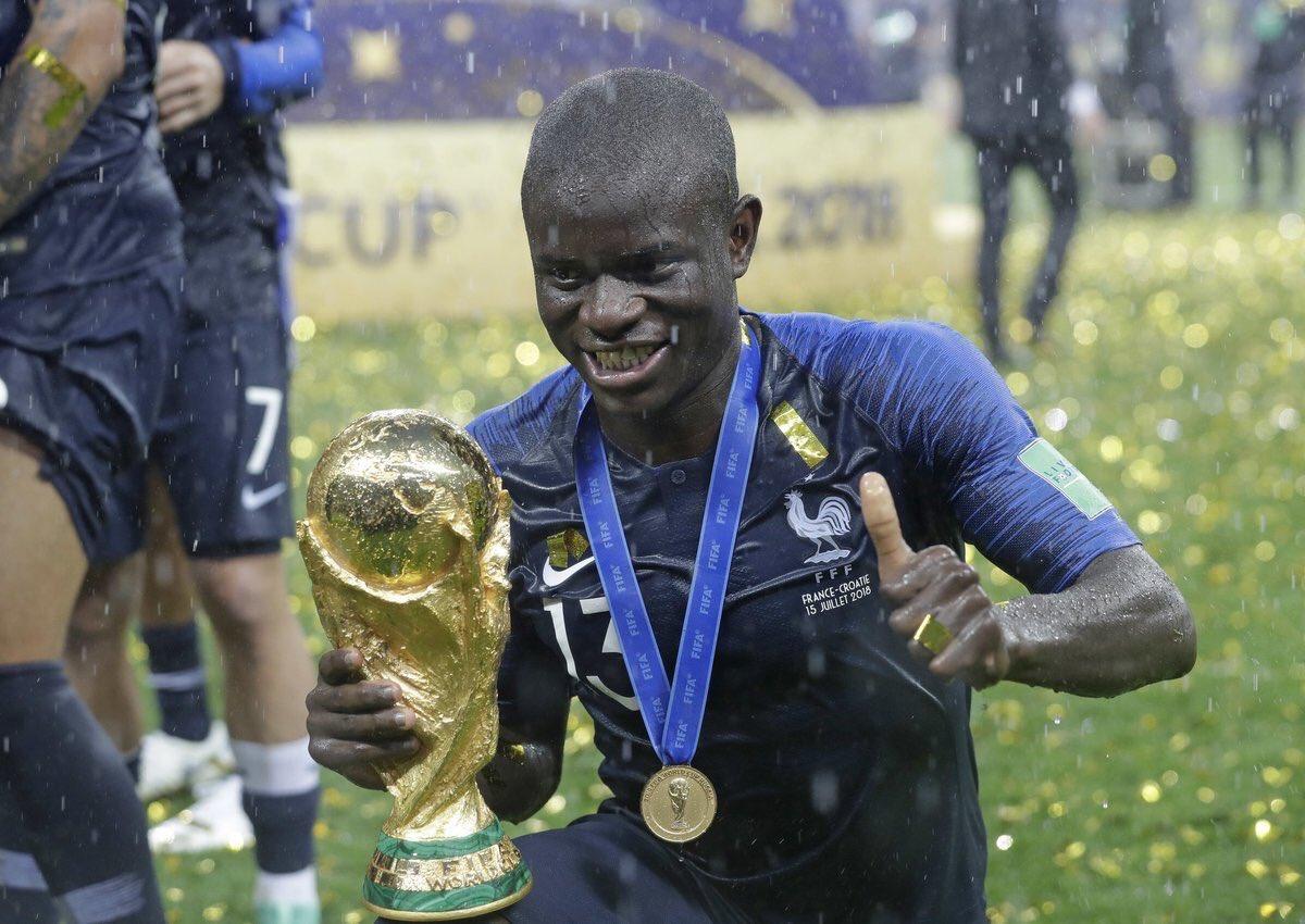 C'est Nzonzi qui a dû demander aux joueurs français de laisser Kanté toucher le trophée puisque qu'il était trop timide pour le demander.   Quel homme ❤️