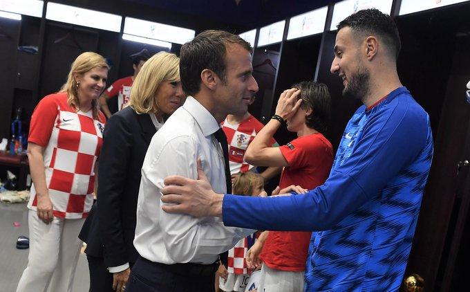 Sikap kepedulian dari Presiden Prancis, Emmanuel Macron mendatangi ruang ganti Kroasia untuk memberikan semangat kepada pemain Kroasia. #Respect Foto