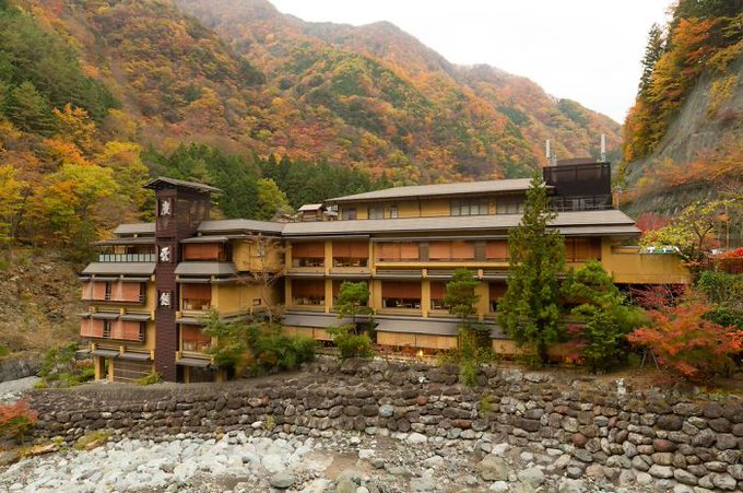 The world's oldest hotel, Nishiyama Onsen Keiunkan, has been in business for over 1000 years. It's been run by 52 generations of the same family! Here's what it looks like today: Which historic hotels are near you? #Japan #history Photo