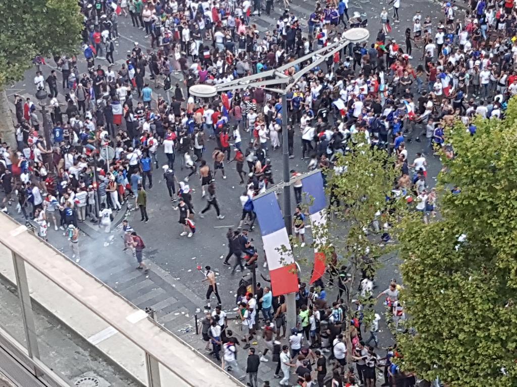 Malgré la liesse, quelques scènes de caillassage sur les Champs-Elysées #Paris #CoupeDuMonde2018