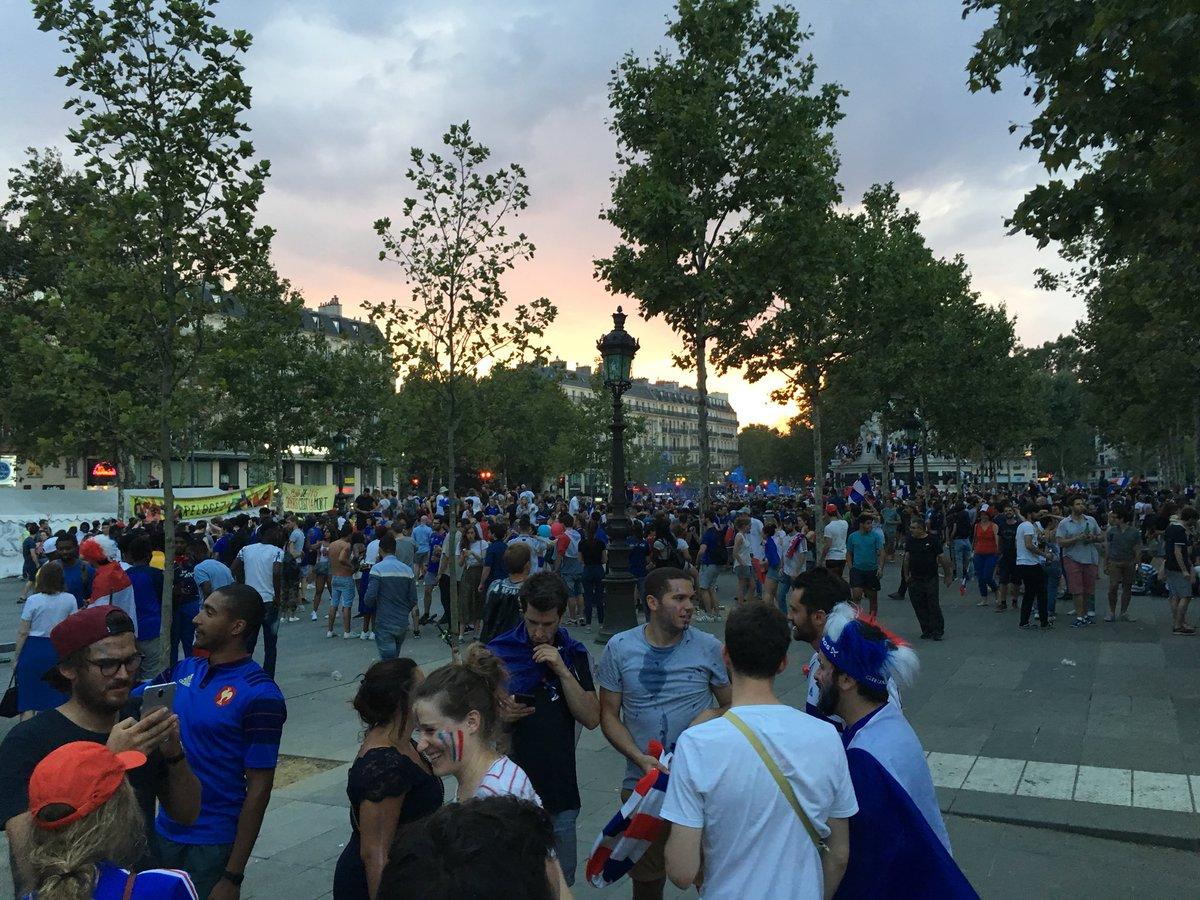 «Alors vous avez réglé ces problèmes de place ?» #republique #paris #championsdumonde