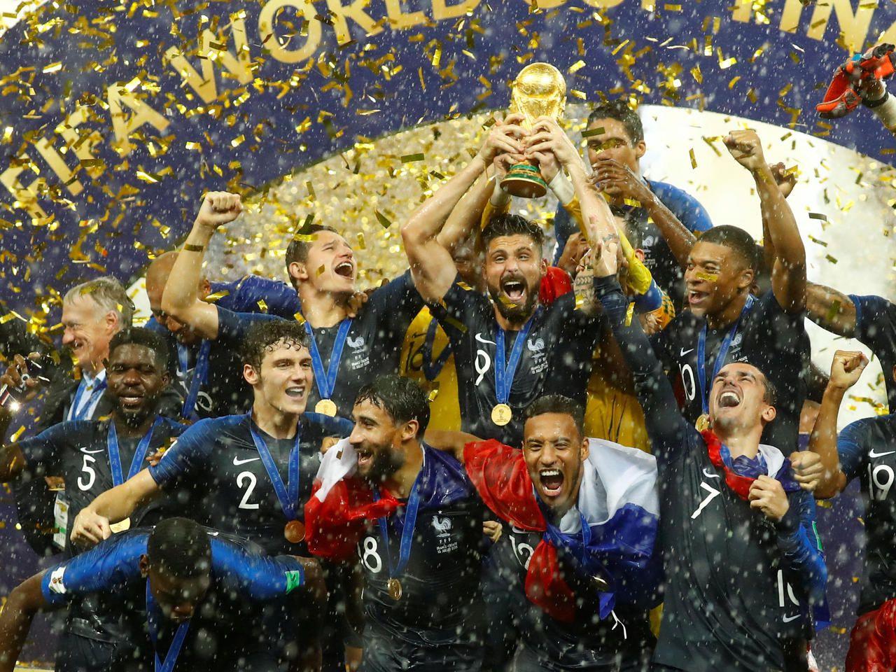 Les incroyables images des Bleus avec le trophée sous des trombes d'eau https://t.co/Ro6wi9PTIG https://t.co/2AS26GoYI7