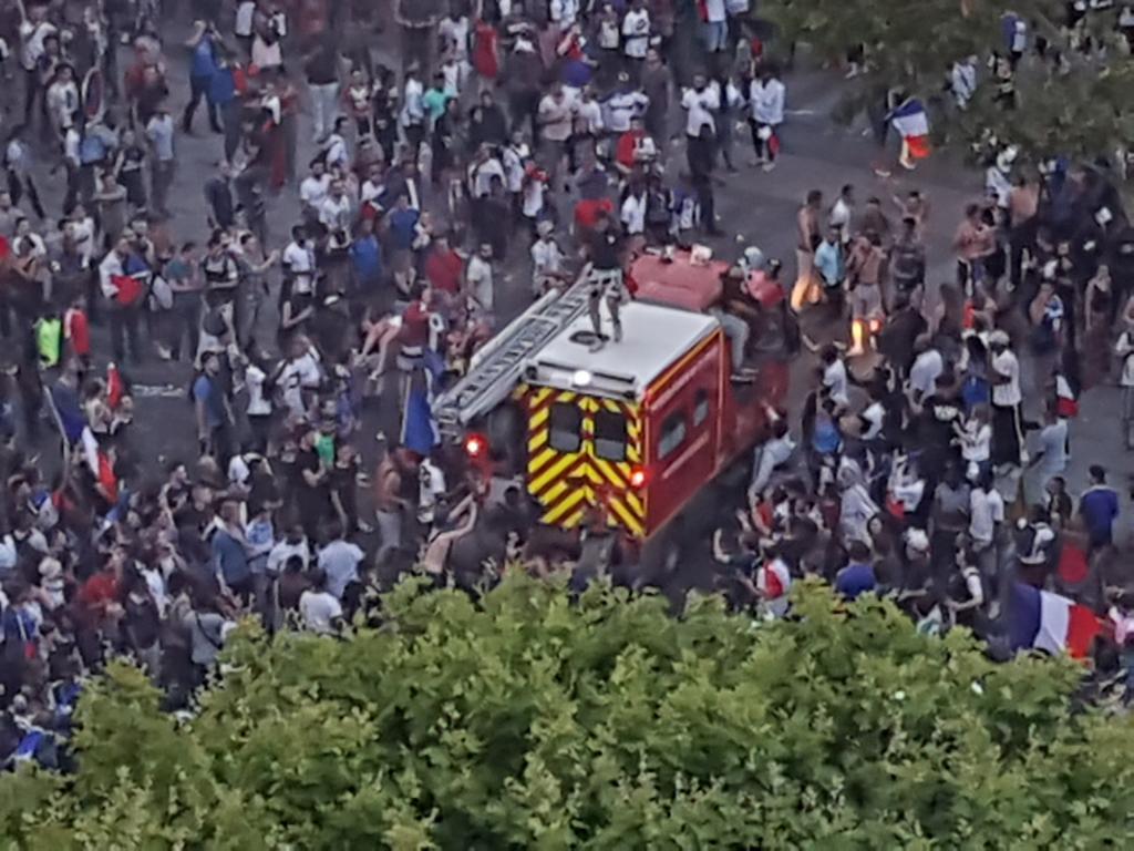 Des supporters s'en prennent à un camion de pompiers sur les Champs-Elysées à #Paris #ChampsÉlysées