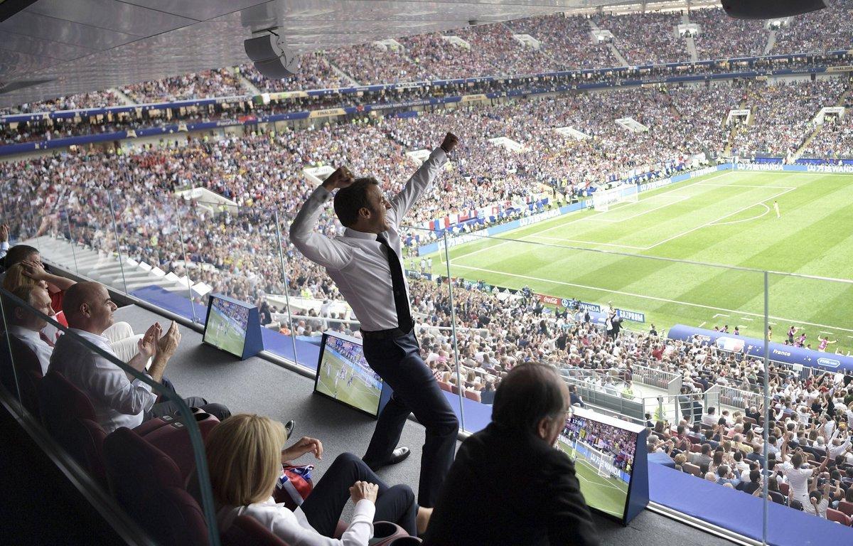 De protocolo no sé, pero esto es un fotón. Emmanuel Macron celebrando un gol de Francia.