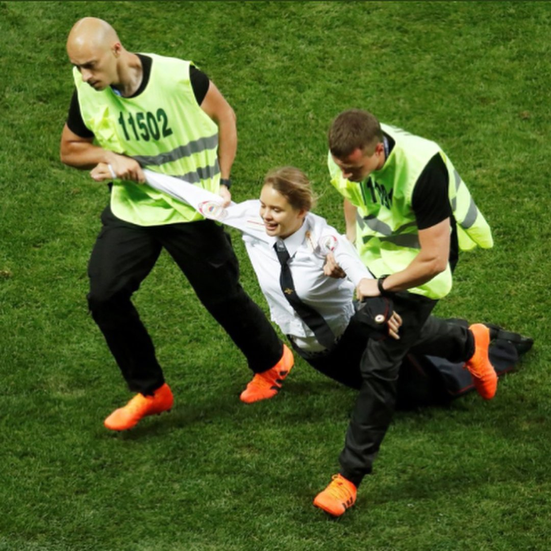 World Cup Final pitch invasion was a Pussy Riot protest https://t.co/hY0JiH6OvN #WorldCupFinal https://t.co/iL97eFqXGi