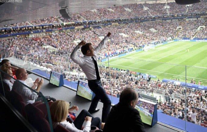 Emmanuel Macron breaking every protocol! #FRA #WorldCupFinal Foto