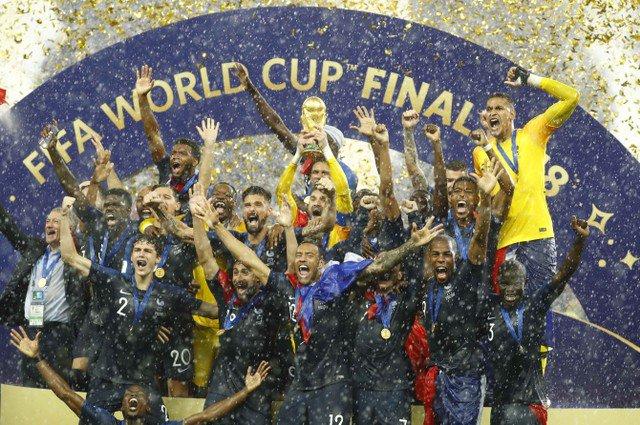 Сборной Франции вручили кубок чемпионов мира на стадионе «Лужники» https://t.co/tNE4xFGaD9  #ЧМ2018 #ФранцияХорватия #WorldCup #FRACRO #WorldCupFinalFinal