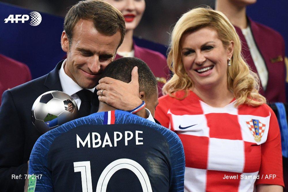 #CM2018 Kylian Mbappé félicité par Emmanuel Macron sous le regard de la présidente croate Kolinda Grabar-Kitarovic #AFP