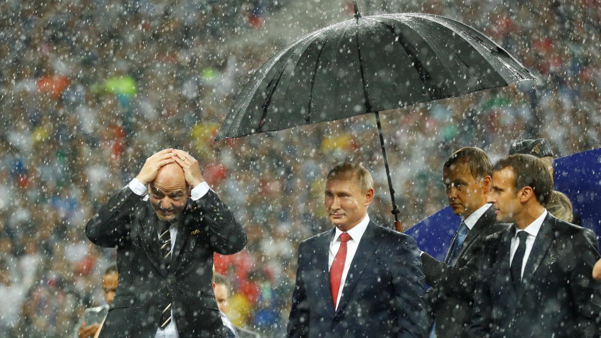 Ein Schirm nur für Putin: Die völlig absurde Siegerehrung bei der Fußball-WM https://t.co/7QWKaK5oZx