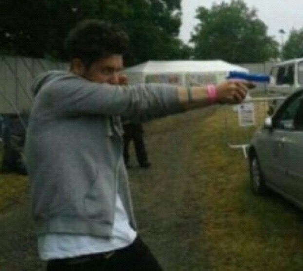 actual footage of dan smith, the lead singer of bastille, killing indie culture and music <br>http://pic.twitter.com/7gML1MIFR6