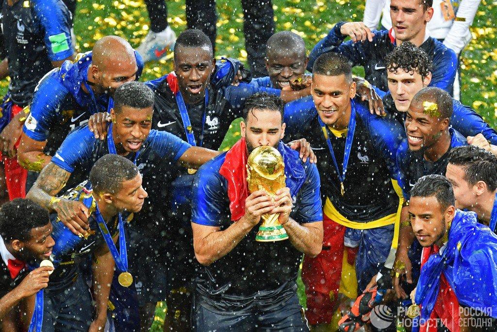 Яркая церемония награждения победителей #ЧМ2018, пышный салют и невероятные эмоции игроков сборной Франции - в нашей фотоленте