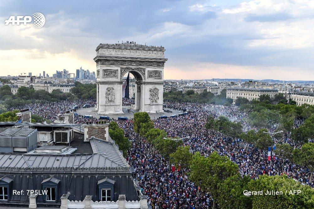 #CM2018 L'Arc de Triomphe et la place de l'Etoile noire de monde #AFP   📷 @ggjulien