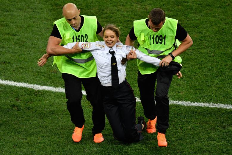 Pussy Riot claims responsibility for protest on the field during World Cup final. https://t.co/pIZOzwOI8S