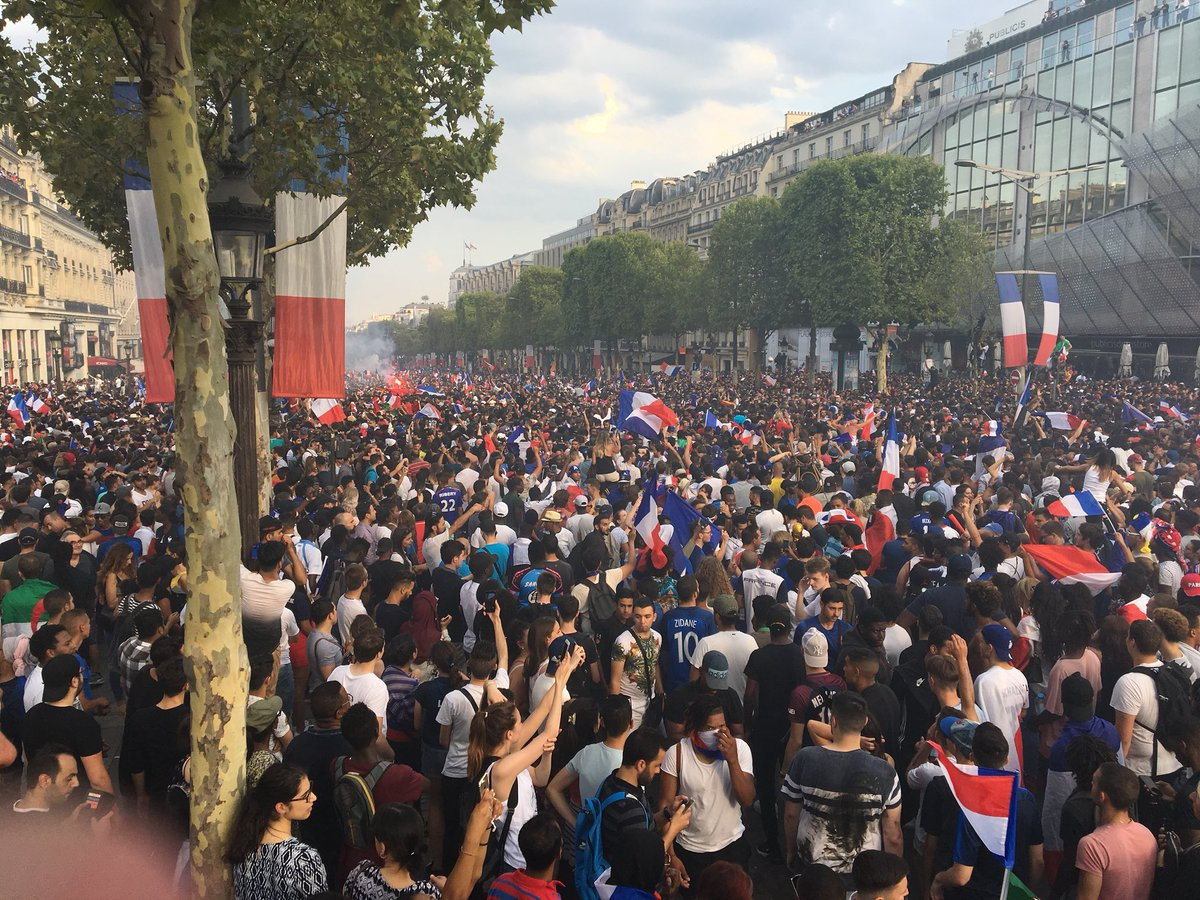 Le@bonheur des supporters après la victoire des Bleus #AllezLaFrance #CoupeDuMondeDeFootball #Paris