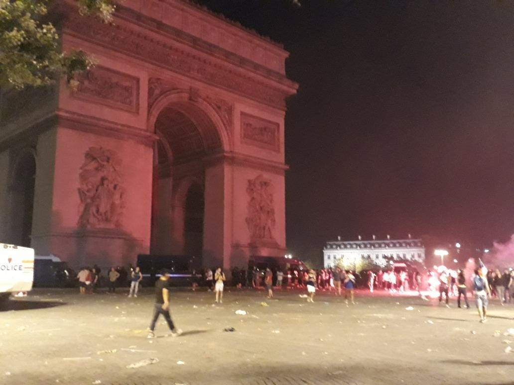 Festa francesa após vitória na Copa acaba em tumulto e violência em Paris → https://t.co/rgSu7En6Rb