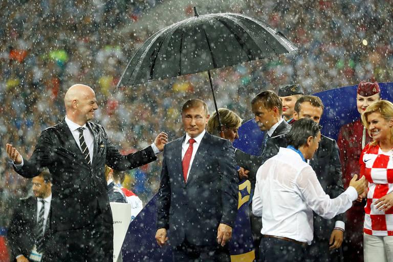 Chuva e passagem pagas: motivos que fizeram da presidente da Croácia a queridinha das redes sociais https://t.co/UZ8lRots03