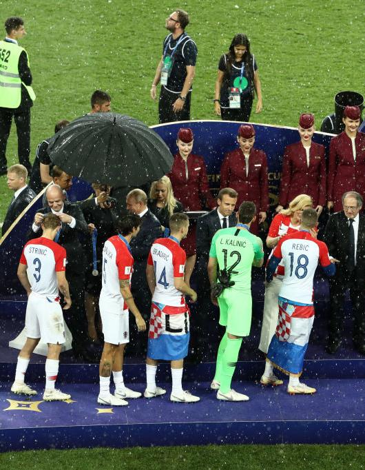 Mondial 2018 : quand la Présidente croate, reste sous la pluie alors que Vladimir Poutine s'abrite sous un parapluie https://t.co/SDWqRPSgSm