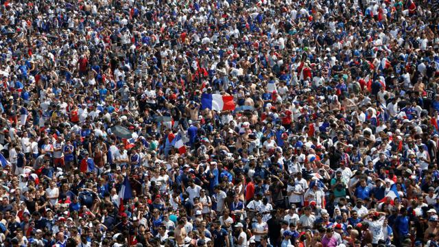 #CDM2018 Une marée humaine noie Paris dans la liesse #FRACRO bit.ly/2zH60J6