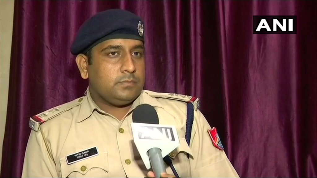 A woman gave birth to twins in train at Mumbai's Kalyan railway station. Sub Inspector Nitin Gaur says, 'As soon as I got the information I along with 2 lady constables attended her & intimated railway medical team & other concerned people. Babies & mother are fine.' (15.7.18)