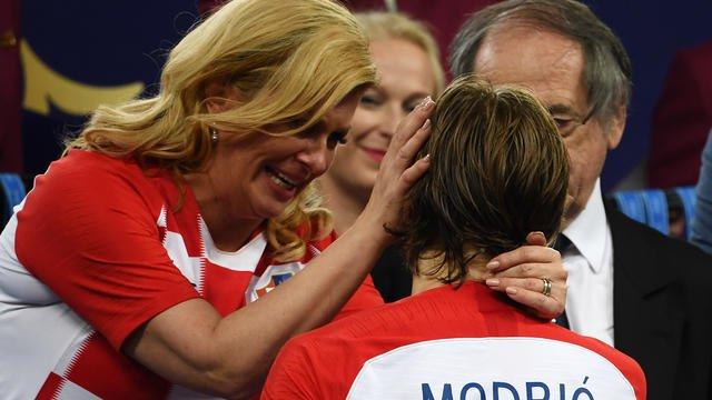 #CM2018 La présidente croate sèche les larmes de Luka Modric #FRACRO bit.ly/2KZwMld