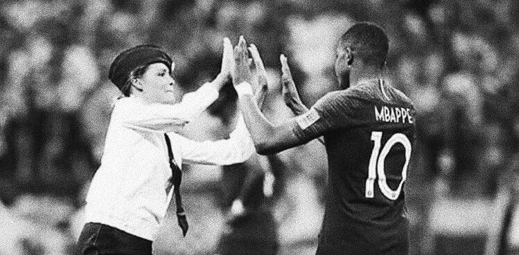 Ceci restera l'une des images les plus iconiques de cette #CoupeDuMonde. Les #PussyRiot envahissant le terrain en pleine finale pour protester contre #Poutine et l'une d'entre elle tapant un high five à #Mbappe avant d'être embarquée. Punk, dans le meilleur sens du terme.