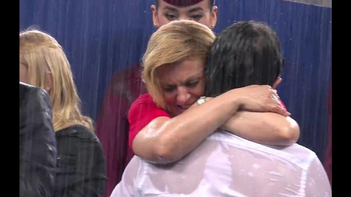 Quédate con persona que te abrace bajo la lluvia y en los peores momentos, así como la presidenta de Croacia... ❤️⚽