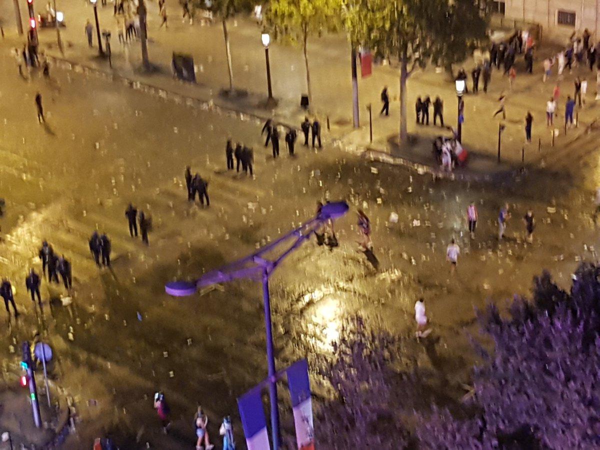 La police entre en action contre les casseurs sur les #ChampsElysees à #Paris . #CoupeDuMonde