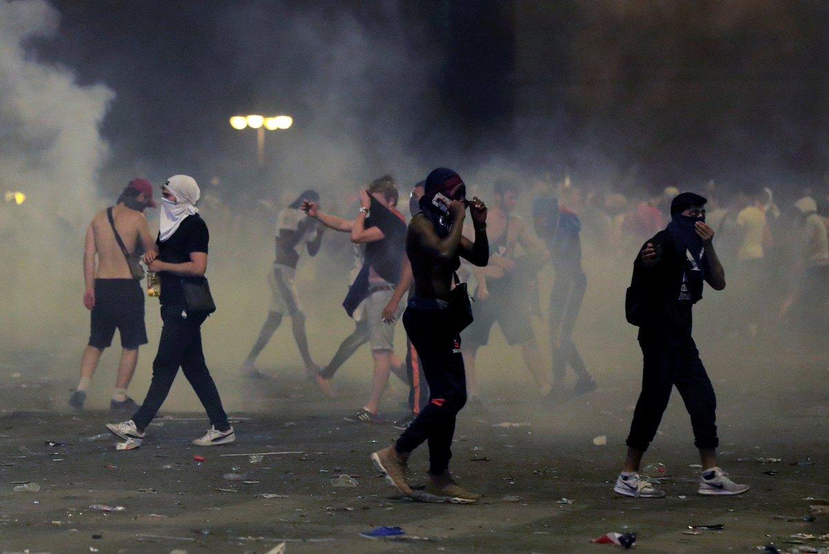 Após vitória na Copa do Mundo, festa francesa tem confusão com a polícia em Paris https://t.co/vcvImBbiBL #G1