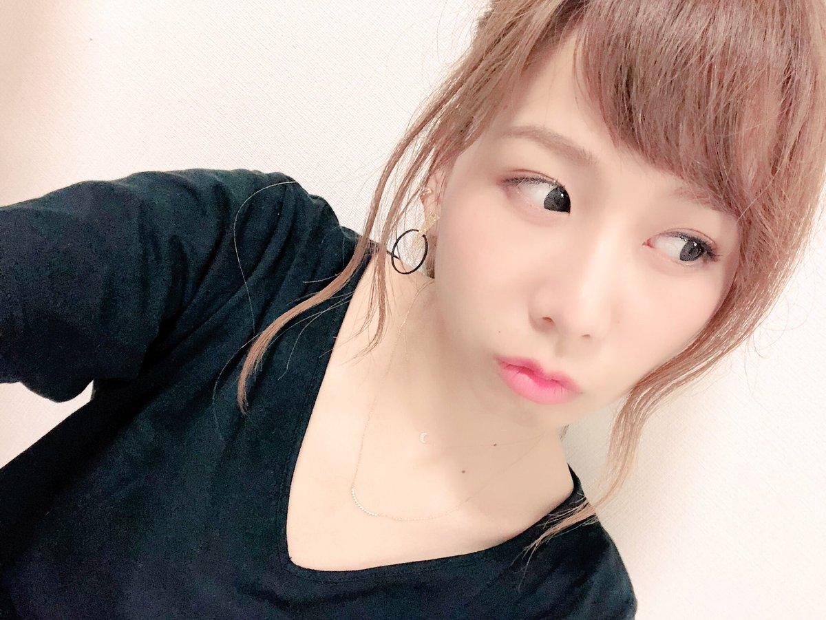 黒いシャツを着た金髪のまとめ髪スタイルの大家志津香の画像