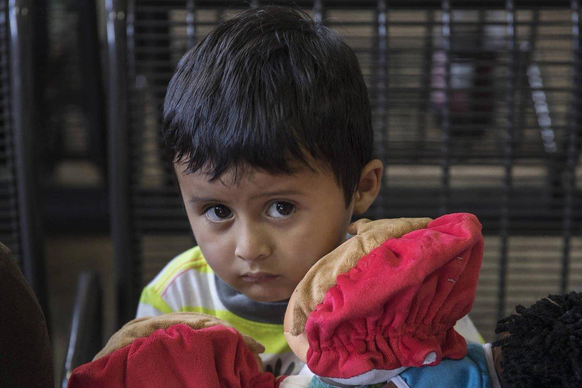 É proibido chorar e tocar outras crianças   Crianças migrantes limpam privadas e seguem ordens em detenção nos EUA https://t.co/sPSQzEjWyz