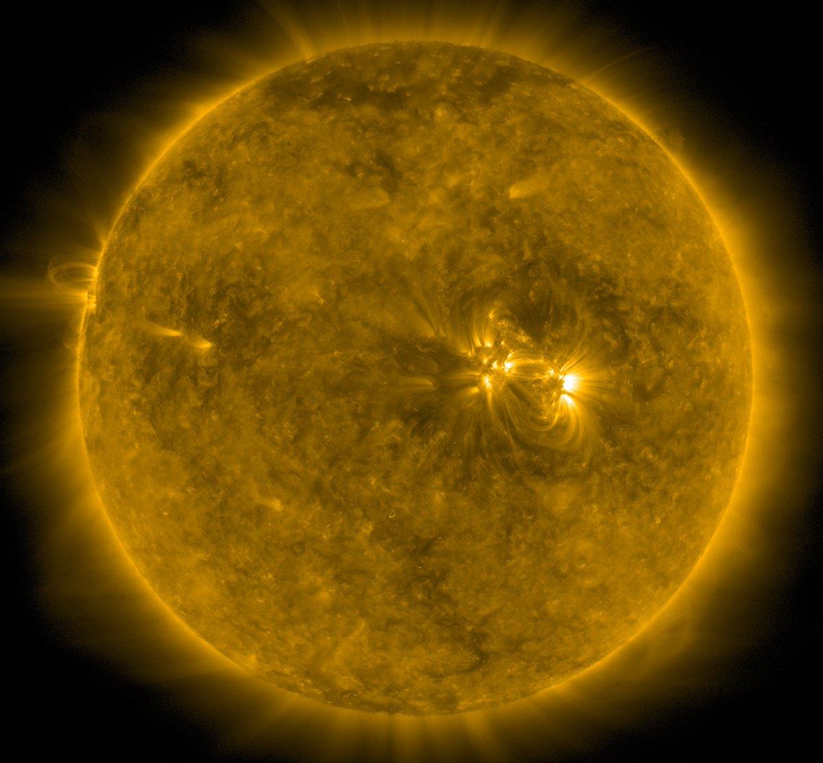 Guten Morgen zusammen - wie immer mit 'nem Livebild der #Sonne per Satellit SDO. Sonnige und schöne Woche euch allen!