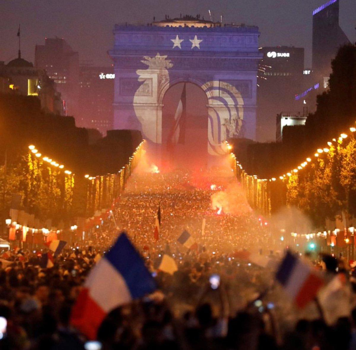 CHÙM ẢNH: Paris bạo loạn trong ngày Pháp vô địch