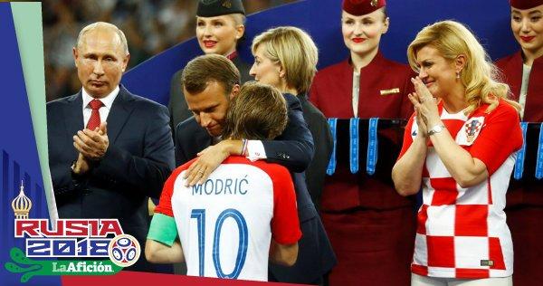 ¡Gran gesto! Emmanuel Macron entró al vestuario de #CRO a felicitar a los jugadores 👏 Foto
