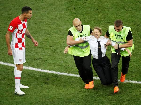 Russian activists Pussy Riot claim responsibility for pitch invasion that brought World Cup final to a halt ind.pn/2NeMtSa