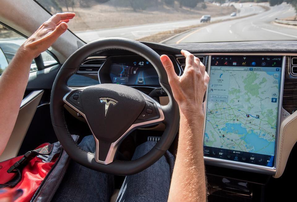 El coche sin conductor de Tesla cruzará datos con Facebook para decidir a quién atropella https://t.co/gCmwtwZiSE