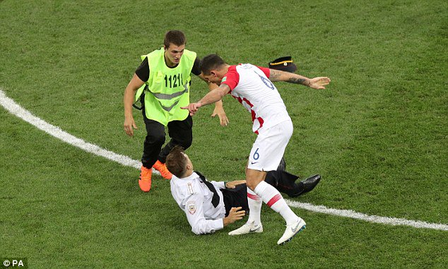Lovren vs Mbappe handing #WorldCupFinal  pitch invaders<br>http://pic.twitter.com/dRe6wSjIQk