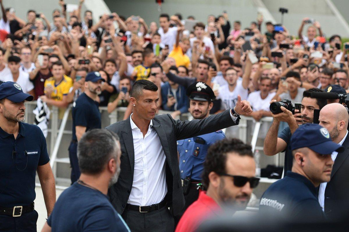 Il primo abbraccio dei tifosi della @juventusfc a @Cristiano #Ronaldo, che sta per iniziare le visite mediche con il club bianconero ⚪⚫