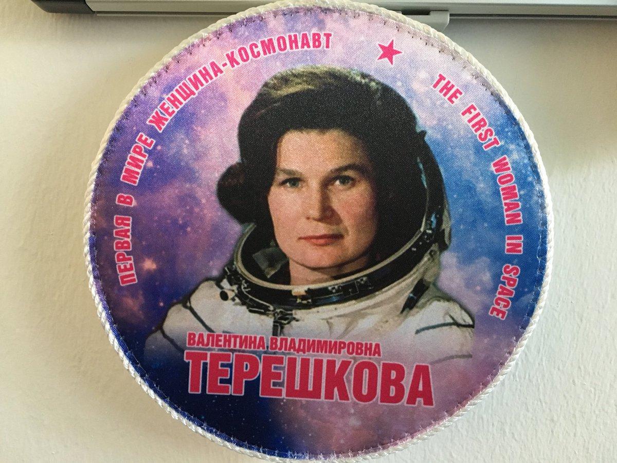 Recht hat er, der schlaue Kalender. Und im Büro der Kollegin haben wir direkt auch noch ein Bild von Walentina #Tereschkowa entdeckt 👩🏼🚀 Die damals 26-Jährige hob am 16. Juni 1963 ab, um 49 Mal die Erde zu umrunden.