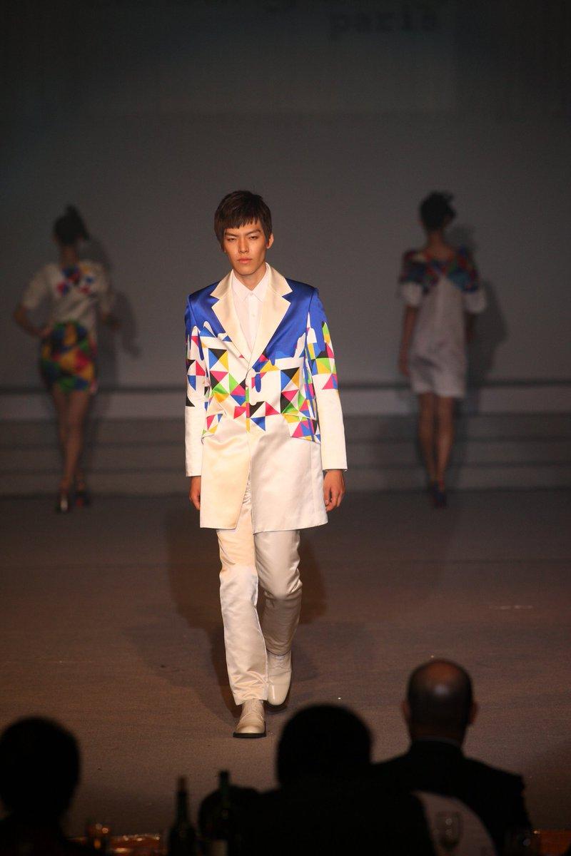 오늘 김우빈의 생일이라고 합니다  거짓말처럼 팬들의 품으로 돌아오기를 기원해봅니다 2009년 신인모델로 이상봉의 외교관들을 위한 패션쇼에서 멋진 무대의 카리스마를 보여주던 김우빈 그의 투병을 응원합니다