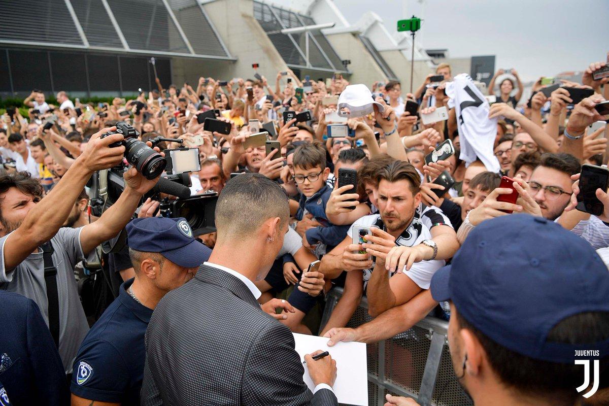 Cristiano Ronaldo menyapa penggemarnya di Juventus