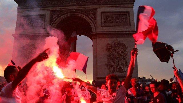 Comemoração francesa termina com duas mortes, dezenas de feridos e 292 detidos: https://t.co/BmZYspTMTS