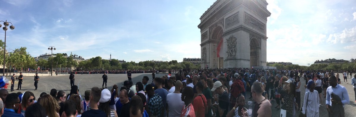 En direct de #ArcTriomphe #Paris #ChampsElysees #AvecLesBleus #CHAMPIONDUMONDE2018