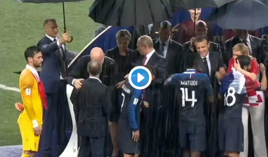 ASSISTA: Mulher é flagrada colocando medalha de campeão da Copa em seu bolso https://t.co/rShdL8bUny - via @esportefera