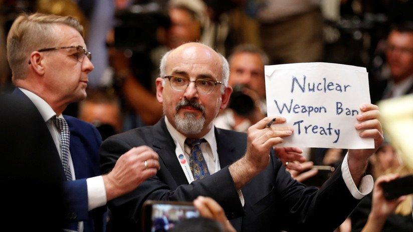 Sacan de la sala a un hombre que quería mostrar un mensaje momentos antes de rueda de Putin y Trump https://t.co/6vpFIDMxYM