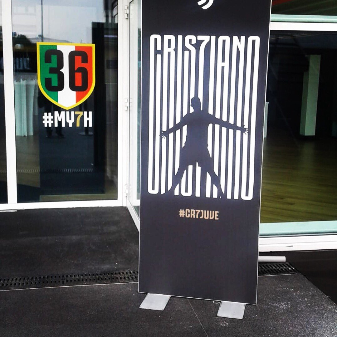 Tutto pronto allo Stadium 🏟 Per la conferenza di #CristianoRonaldo 🗣 Presente il nostro corrispondente Luigi Schiffo ✅  #CR7Day ⚪️⚫️